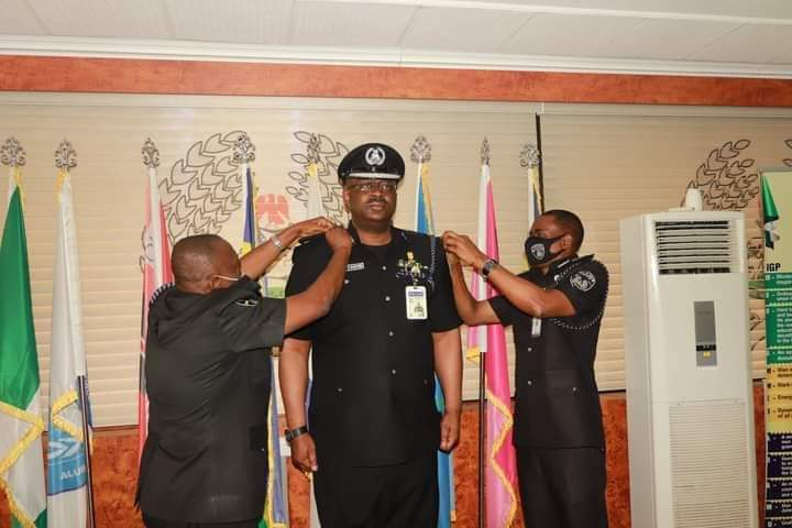 Jitoboh being decorated by the IG (right)