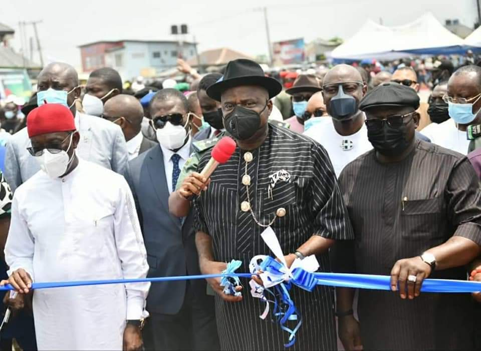 Gov  Diri (middle) during the commissioning