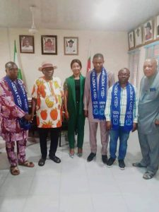 Asangba (second left), other board members and the officials of the alumni